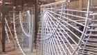 het hekwerk wordt aan een elektrisch geladen loende band gehangen.