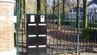 postbus met meer brievenkleppen ingebouwd in hekwerk