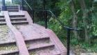 eenvoudige leuning langs gemetselde trap