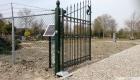op zonnenenergie beweegbare poort op begraafplaats Warmenhuizen-