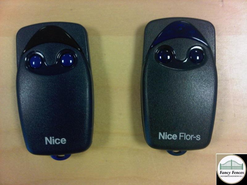 acc handzenders model FLO in blauw en zwart.jpg